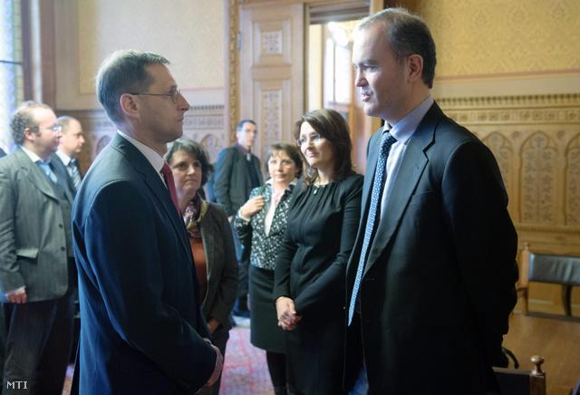 Varga Mihály hiteltárgyalásokért felelős tárca nélküli miniszter (b3) és Thanos Arvanitis a Nemzetközi Valutaalap (IMF) delegációjának vezetője (j)
