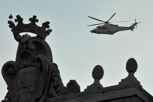 A XVI. Benedek pápát szállító helikopter elhagyja a Vatikánt