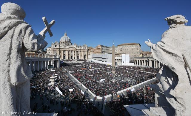 Február 27-én tartja utolsó audenciáját visszavonulása előtt XVI. Benedek pápa. A Szent Péter tér szerda reggelre megtelt hívőkkel.