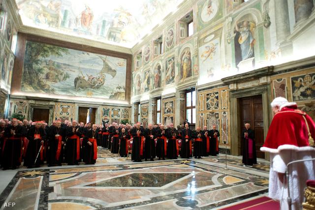 XVI. Benedek pápa elbúcsúzik a bíborosoktól a vatikáni Kelemen-teremben 2013. február 28-án