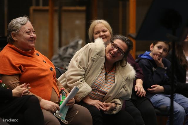 Molnár Piroska (b) Joli néni, Lázár Kati (j2) Vali néni és Pogány Judit (j) Hanna néni szerepében