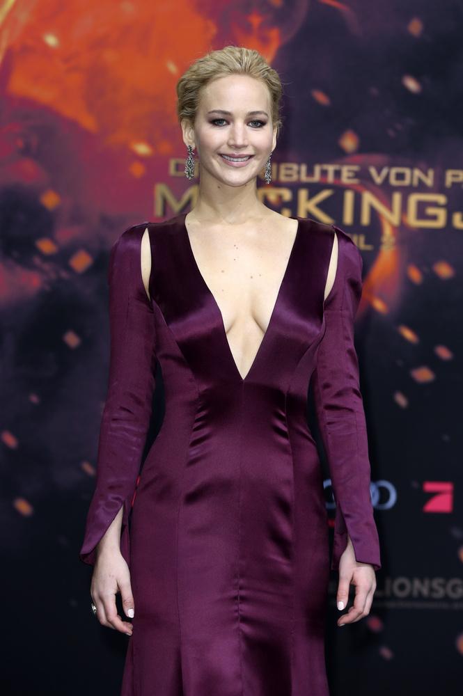A színésznő ebben a szilvalila szettben Az éhezők viadala – A kiválasztott második részének berlini premierjére ment
