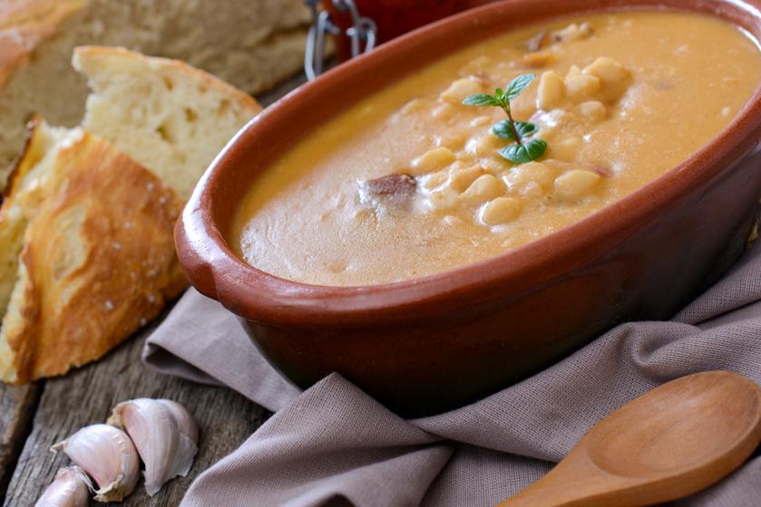 Sűrű és laktató fehérbab-leves: füstölt kolbásszal lesz az igazi