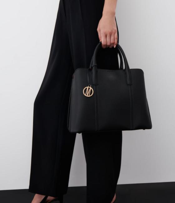 Ha egy örök darabra vágysz, ami elegáns és hétköznapi is lehet, és bár nem túl nagy, mégis sok minden elfér benne, akkor a Mohito 9995 forintos táskája jó választás lesz.