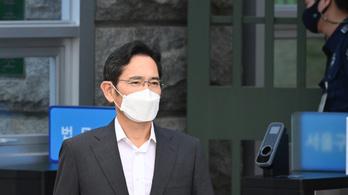 Feltételesen szabadlábra helyezték a Samsung vezetőjét