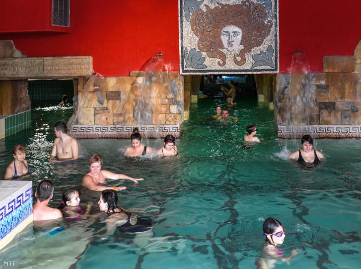 Fürdőzők Hajdúszoboszlón 2019. január 3-án