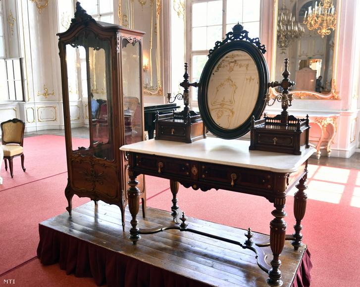A Sissiként is ismert királyné Németországból visszavásárolt fésülködőasztala és üveges vitrinje