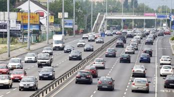 Több kilométeres dugók vannak az utakon, a határoknál is várakozni kell
