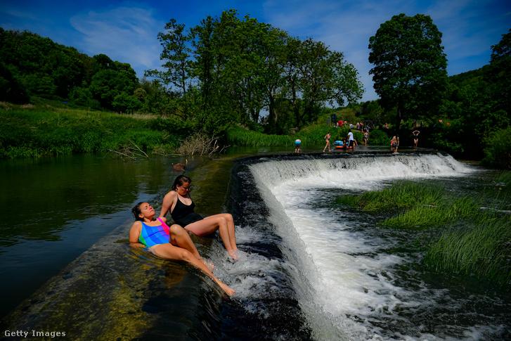 Emberek napoznak a vízben 2021. június 1-jén Angliában