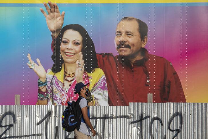 Daniel Ortega és alelnöke, Rosario Murillo falfestményen is integet