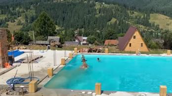 Videó: gondolt egyet a tehén, és ugrott egy hasast a gyerekek mellé a medencébe