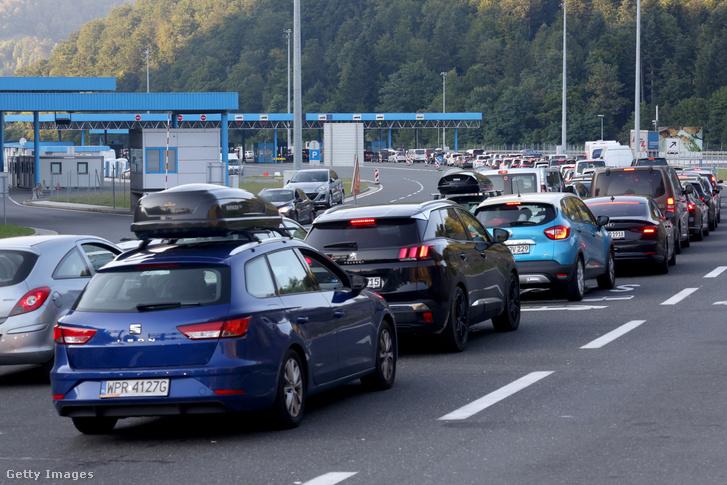 Autósok a macelji határátkelőnél Horvátország és Szlovénia között