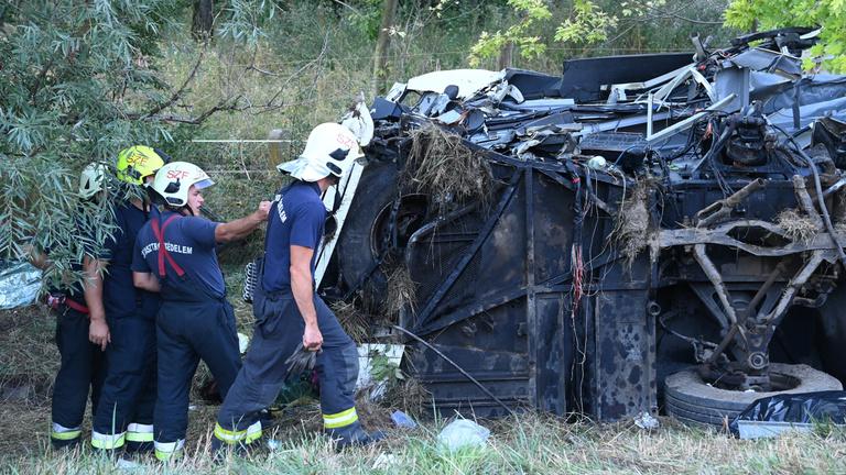 Tizenévesek is megsérültek a hajnali buszbalesetben