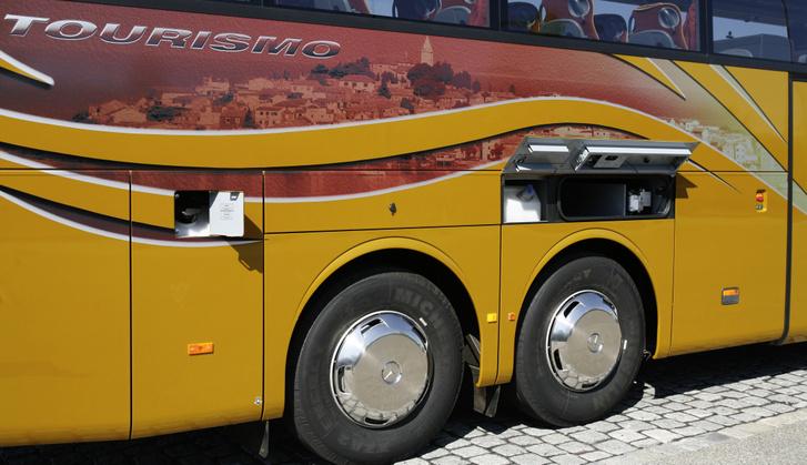 A Mercedes Tourismo RHD 16-nak hátulra építik be az üzemanyagtartályát, ezért egy ilyen balesetnél kisebb a tűz valószínűsége