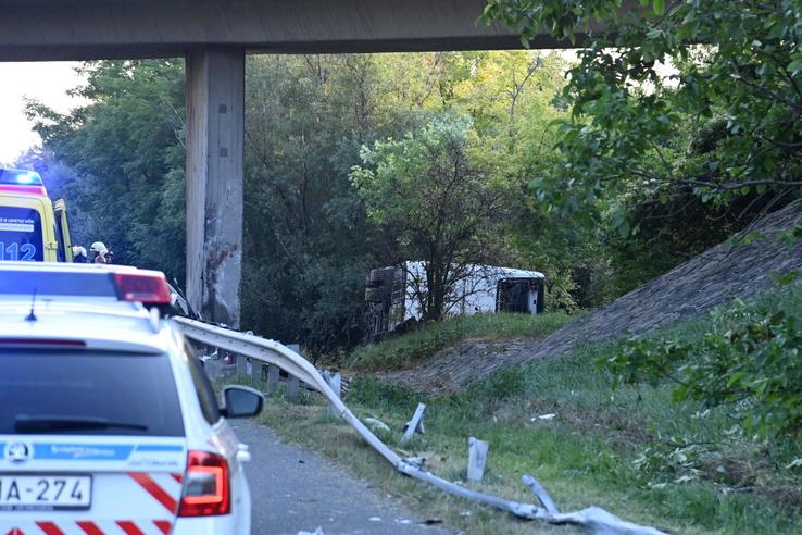 A szalagkorlát vezethette a buszt a pillérnek (fotó: MTI)
