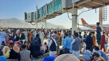 Legalább öten meghaltak, fejvesztve menekül a tömeg a kabuli repülőtéren