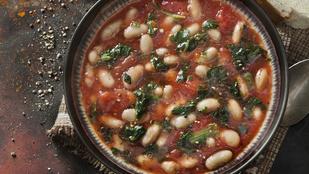 Ez a toszkán fehérbabos leves pillanatok alatt elkészülő, igazi mediterrán finomság