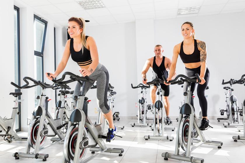 A magas intenzitású kerékpáros edzés, azaz a spinning hatására a pulzus olyan optimális tartományban mozog, amely felgyorsítja a zsírégetést, ehhez pedig az anyagcsere is fokozottan működik, így tovább égeti a kalóriákat a szervezet az edzés után is. Egy 60 kilós személy 60 perces intenzív spinning során 700 kalóriát is elégethet.