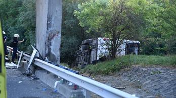 Cserélik a busztragédiában megsérült szalagkorlátot, tíz kilométeres torlódásra kell számítani az M7-esen