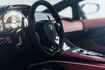 El interior es rojo y negro.