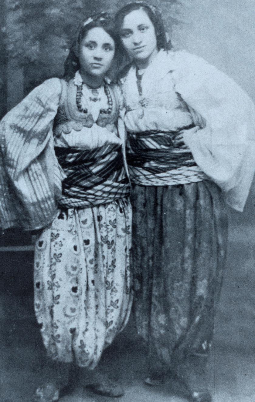 Teréz anya fiatalon, nővérével, Agával macedón népviseletben. A kép 1925 körül készült.