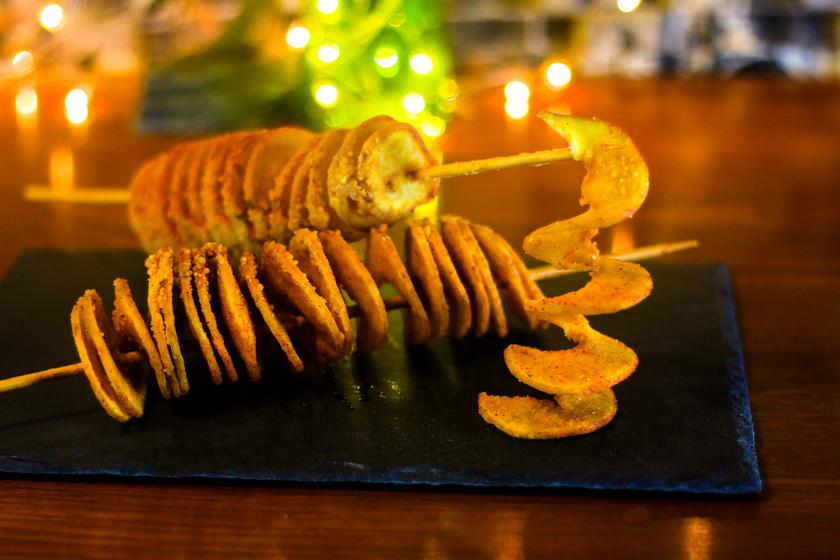 Fantasztikusan ropogós, fűszeres krumplispirál: még a chipsnél is finomabb - ez a tornádókrumpli