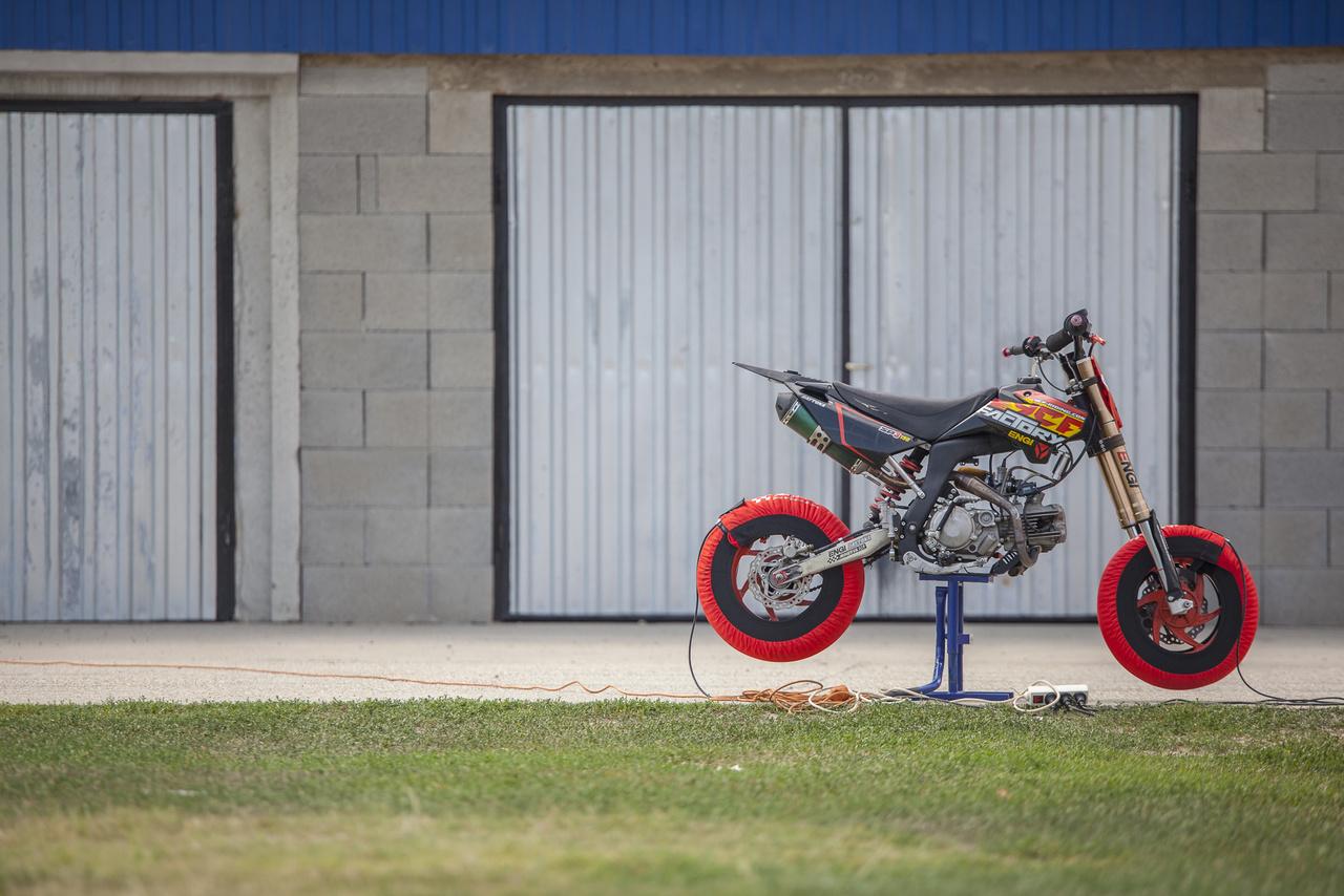 Polyák Bálint motorja, amivel a Senior Pitbike kategóriában indul. Ezek méretre gyerekeknek szánt supermotónak tűnnek, de a kezelőszervek jelzik, hogy elsősorban felnőttekre méretezték őket
