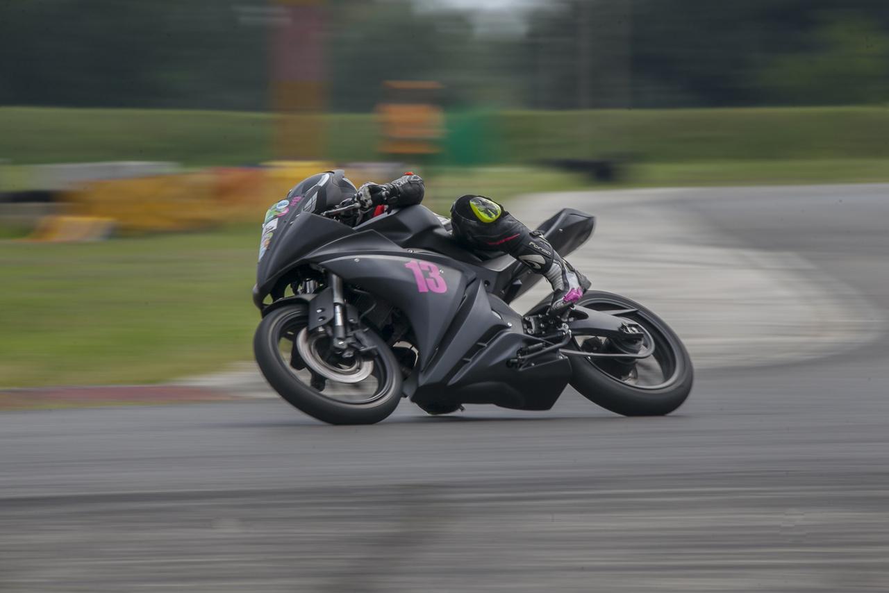 Kolarovszki Adél a Yamaha YZF-R125-ösön