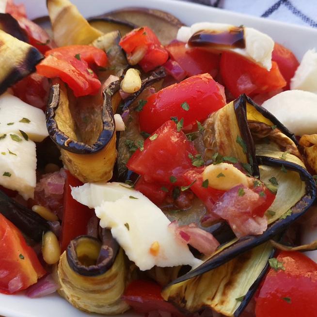 Színes padlizsánsaláta mozzarella sajttal – Sült zöldséggel lesz isteni