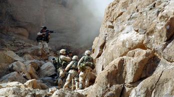 Jöttek a tálibok, az amerikaiak a zászlóikat is elégetik evakuálás előtt