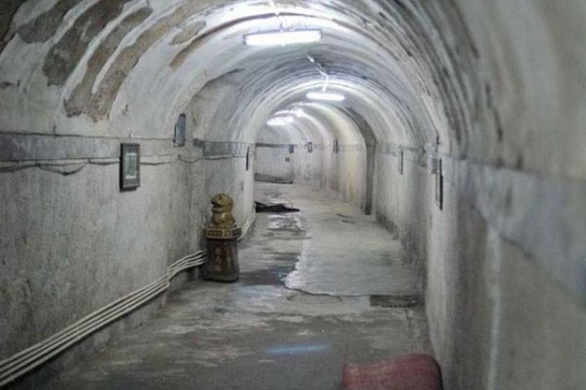 Sűrű alagútrendszer vezet több tíz kilométeren át Peking alatt, ám egyes részein nemcsak üres folyosók, hanem apró szobák is találhatók, amikben emberek ezrei tengetik a mindennapjaikat.