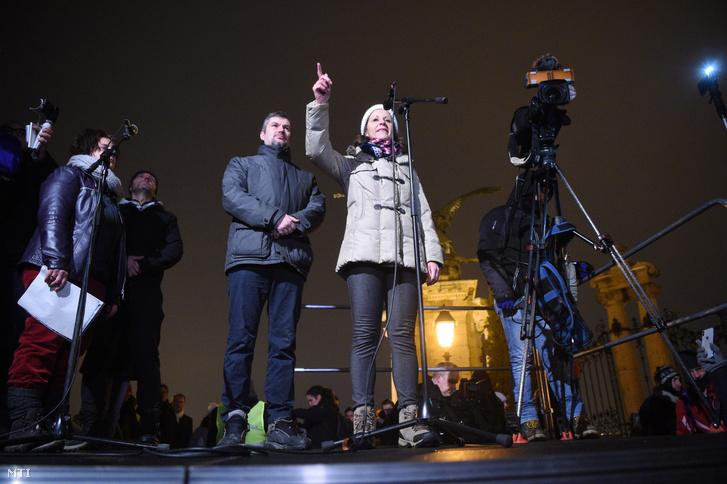 Szél Bernadett és Hadházy Ákos független országgyűlési képviselők a Sándor-palota előtti ellenzéki demonstráción 2018. december 21-én