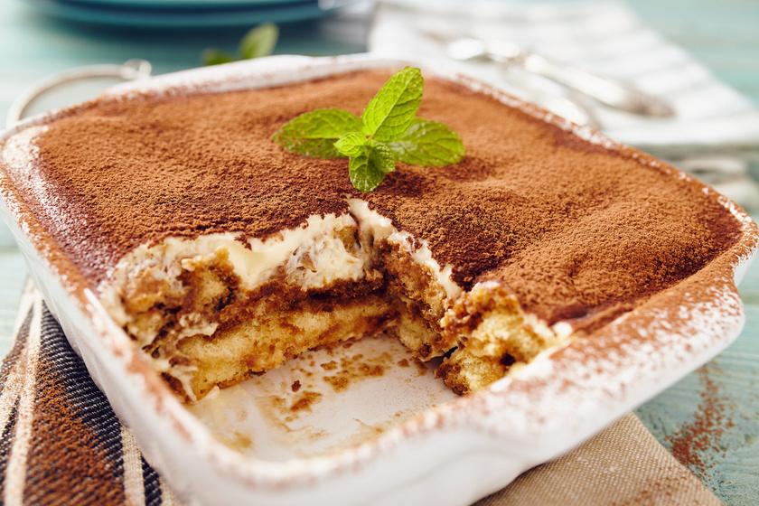 A tiramisu a világ egyik legegyszerűbb és legfinomabb desszertje, amit ráadásul még sütni sem kell. Akkor lesz viszont az igazi a babapiskótás édesség, ha hat-nyolc órát pihenteted tálalás előtt. A mascarponés krém finom lágy, és a minőségi kávé sem hiányozhat belőle.