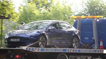 Hat gyermeket ütött el egy Tesla Angliában, egyikük életveszélyes állapotban van
