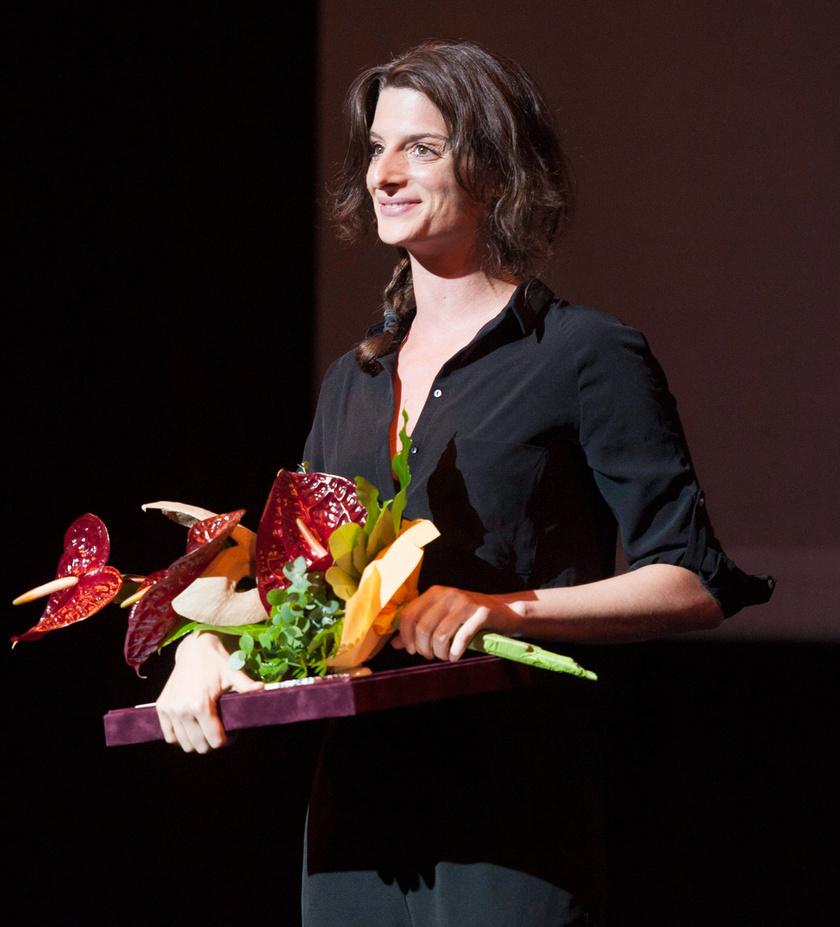 A budapesti Katona József Színház Fényevők című darabjában nyújtott alakításáért kitüntetett Jordán Adél, a legjobb női mellékszereplő díjazottja a XIV. Pécsi Országos Színházi Találkozó (POSZT) gálaműsorán, a Pécsi Nemzeti Színházban 2014. június 14-én.
