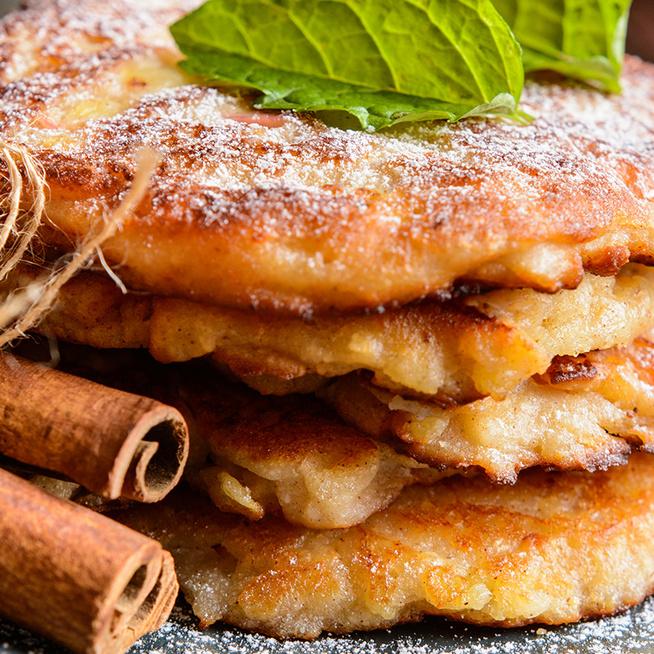 Illatos, pufi almás palacsinta, amiért mindenki odáig lesz: porcukorral és vaníliasodóval is kínálhatod