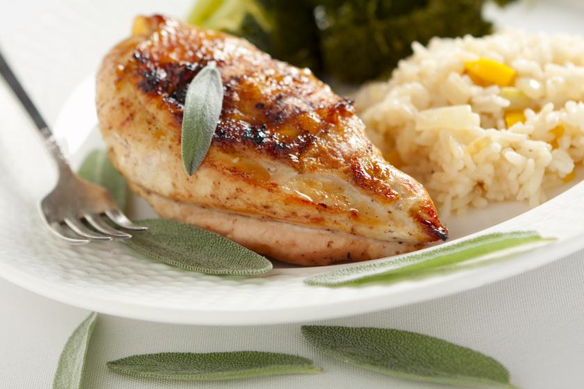 Zsályás, citromos pácban sült csirkemell: nem fog kiszáradni a hús