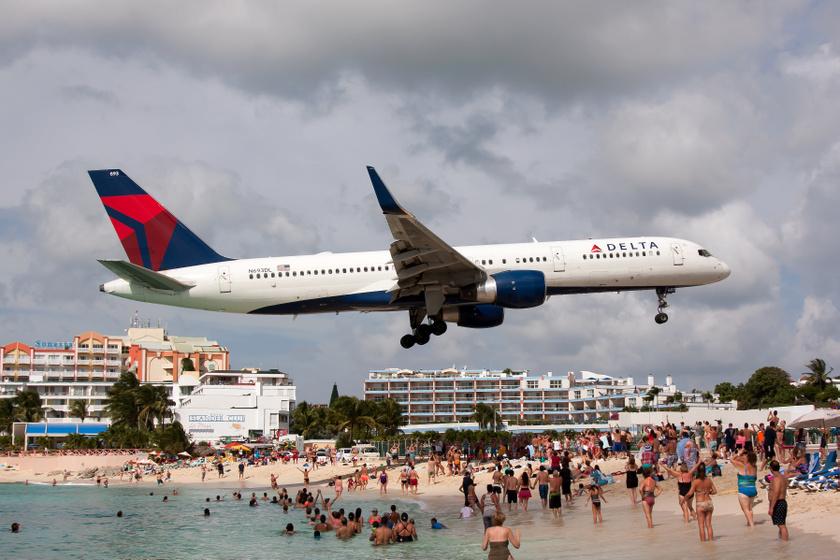 A Maho Beach a karib-tengeri Szent Márton-sziget holland területén található, különlegessége, hogy a szomszédságában helyezkedik el a Princess Juliana nemzetközi repülőtér, rövid kifutópályája miatt pedig a landoló gépek akár 30 méterre is elszállhatnak a strandolóktól. A hajtóműszél rendkívül balesetveszélyes, mégis népszerű a partszakasz.