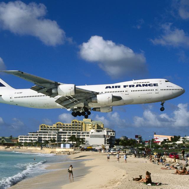 30 méterrel a strandolók feje fölött szállnak el a repülők, mégis imádják a helyet: 10 furcsa strand a világból