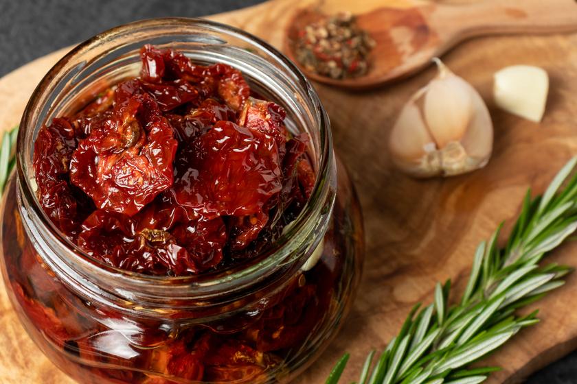Napon szárított paradicsom fűszeres olívaolajban: a bolti ár töredékéért elkészítheted