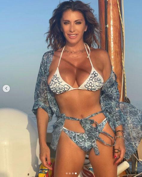 Az 53 éves énekesnő számos bókot kap bikinis fotói alá.