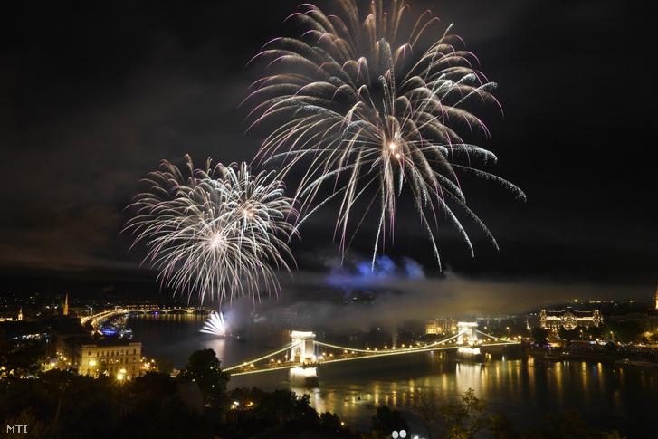 Tűzijáték a Duna felett Budapesten a nemzeti ünnepen 2019. augusztus 20-án.