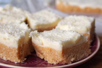 Citromos-kókuszos sütemény édes krémmel borítva: sütés nélkül készül