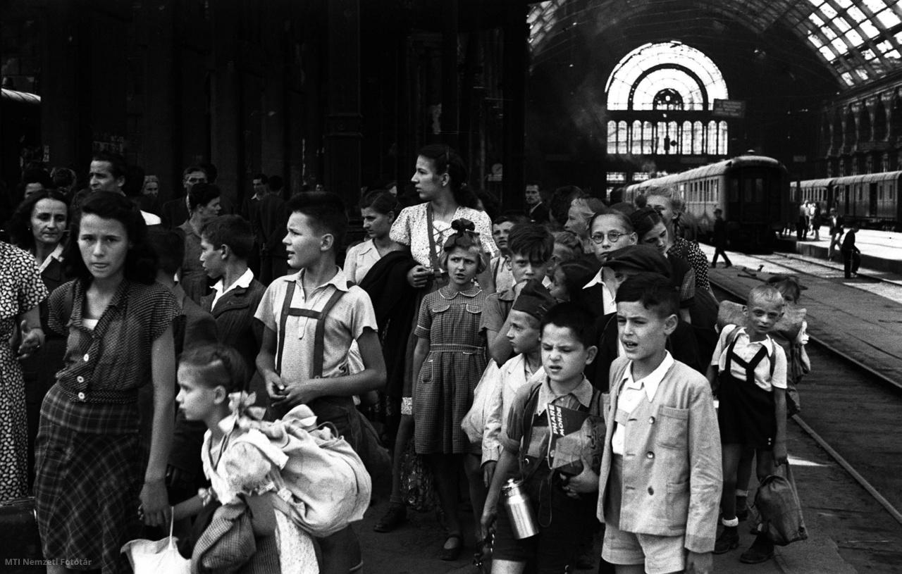 1946. augusztus 8. 7–12 éves gyermekeket franciaországi nyaralásra szállító különvonat indul a Keleti pályaudvarról Párizsba. A gyerekek – köztük József Attila két unokaöccse – három hónapot töltenek Franciaországban helyi társadalmi szervezetek meghívására