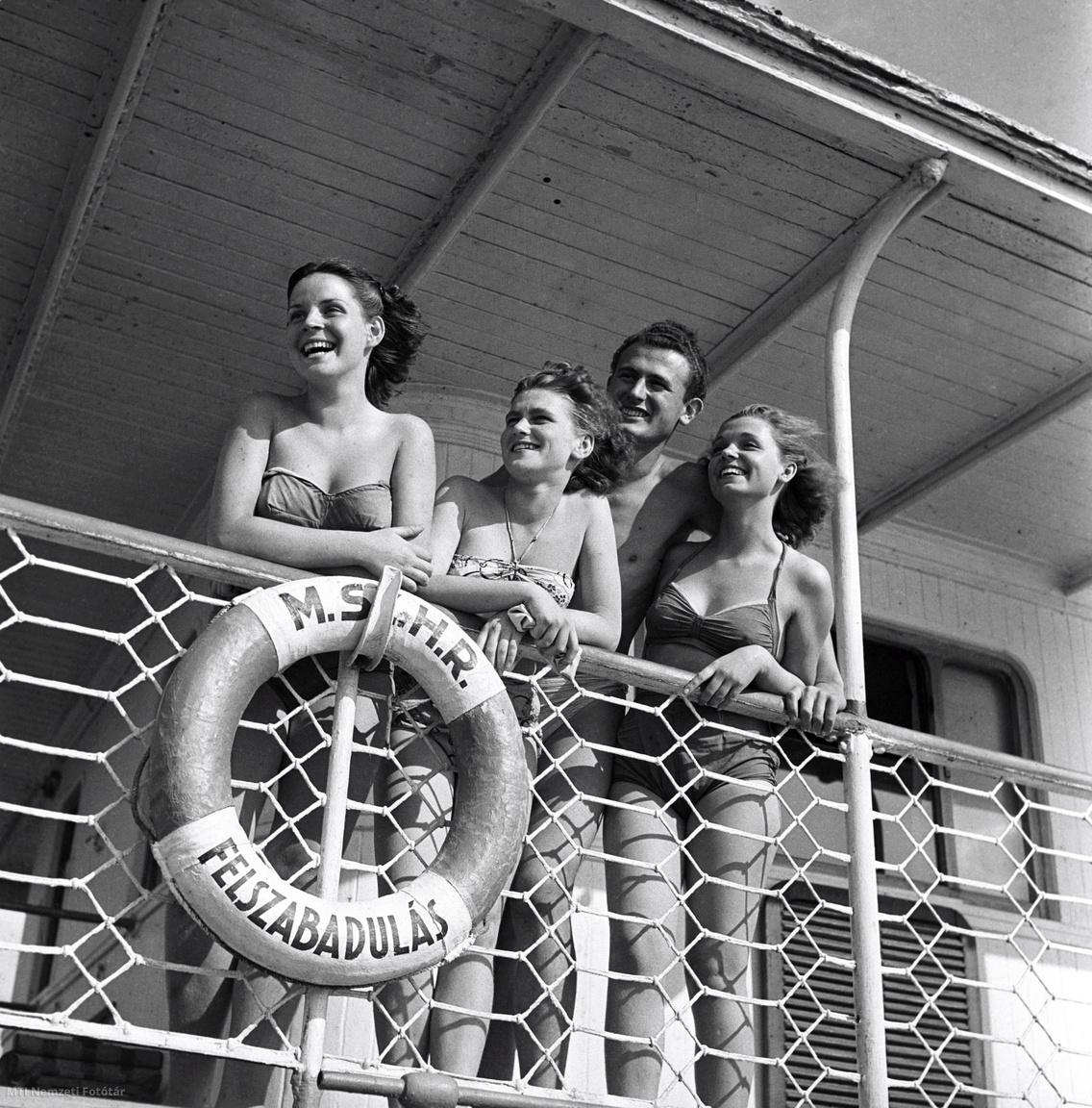 Fiatalok a Felszabadulás gőzhajó fedélzetén 1950 júliusában, amelyen üdültetési céllal strandot alakítottak ki