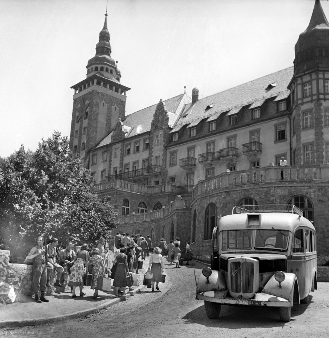 Lillafüred, 1951. július 9.  Érkeznek a nyaralók a Palota Szállóba, jobbra autóbusz áll
