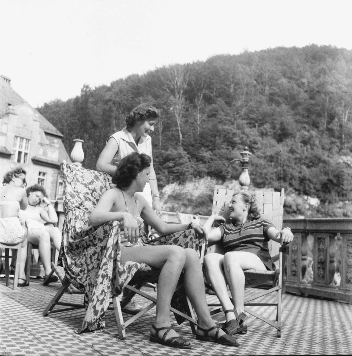 Gulyás Mária, a Villanyszerelő Vállalat munkaérdemrendes sztahanovista villanyszerelője a lillafüredi Nagyszálló teraszán napozás közben elmeséli Zajác Erzsébetnek, a Pamuttextilművek pénztárosának és Gösswein Mártának, az Építőgépgyártó és Javító Tröszt tisztviselőjének, hogyan lett sztahanovista brigádvezető. Mindezt 1952 májusában