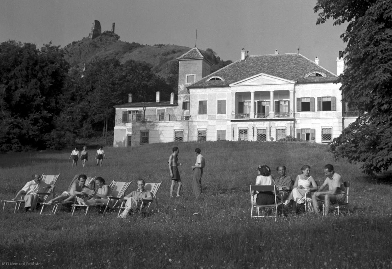 Vendégek pihennek a Szigligeti Alkotóház – a volt Esterházy-kastély – parkjában 1953. július 16-án, a háttérben a szigligeti várrom