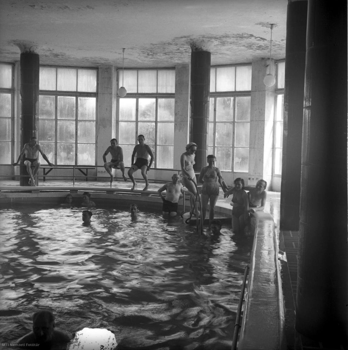 Fürdőző vendégek a Galyatetői Nagyszálló uszodájában 1954. június 7-én
