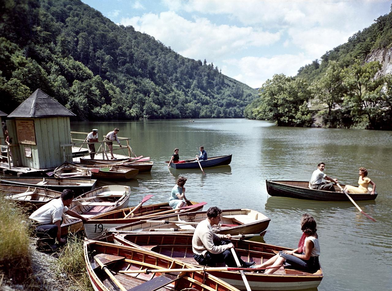 Kirándulók csónakáznak a Hámori-tavon Lillafüreden, 1959. július 1-jén